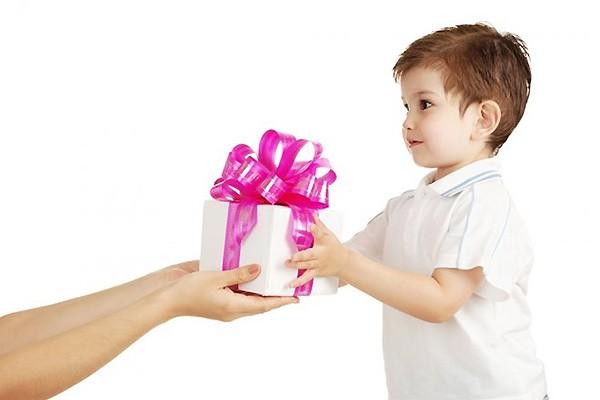 Дети любят получать подарки 662